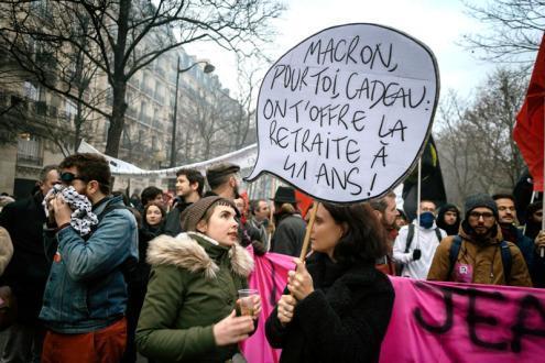 """""""Macron, uma prenda para ti: oferecemos-te a reforma aos 41 anos"""", pode ler-se nesta pancarta na manifestação de 10 de dezembro em Paris. Foto Photothèque Rouge/Martin Noda/Hans Lucas"""