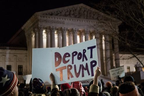 """""""Deport Trump"""": manifestação em frente ao Supremo Tribunal em 2017. Foto de Lorie Shaull/Flickr."""
