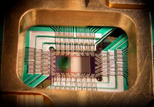 Chip de um computador quântico. Foto D-Wave/Wikipedia.