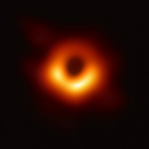A primeira imagem de um buraco negro, no centro da galáxia M87. Foto Event Horizon Telescope.