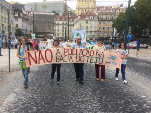 Manifestação contra a poluição no rio Tejo, em Lisboa, outubro de 2017. Foto de Movimento proTejo.