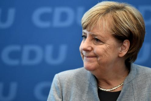 Angela Merkel parece estar limitada à procura de um acordo de coligação com os Verdes, que tiveram 8,9 por cento dos votos, e com os liberais do FDP, que obtiveram 10,6 por cento. Foto de Christian Bruna, EPA/ LUSA.