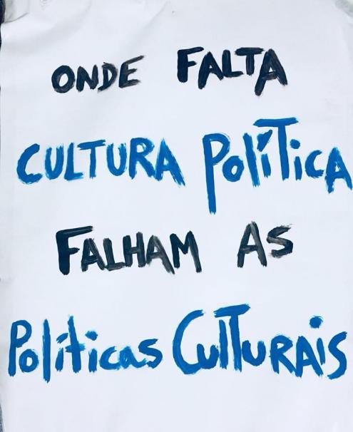 """""""Onde falta cultura política, falham as políticas culturais"""". Pancarta da manifestação de 6 de abril."""