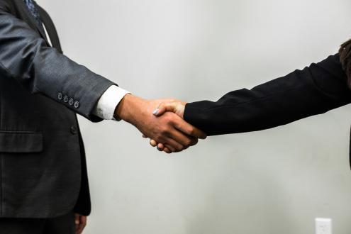 Recusa a apertar a mão a pessoas do sexo oposto dá direito a recusa de cidadania