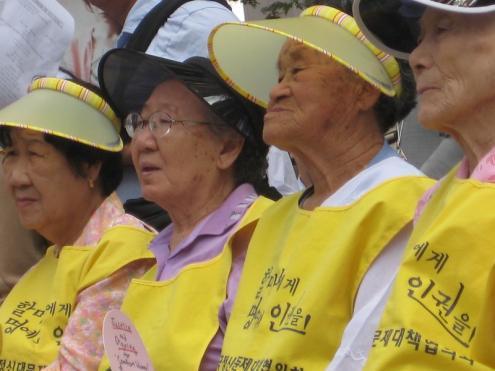 Algumas das sobreviventes coreanas que foram escravizadas sexualmente pelo exército japonês. Seul, setembro de 2009. Foto de jennifer yin/Flickr.
