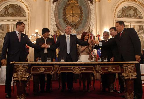 Rafael Correa, Evo Morales, Néstor Kirchner, Cristina Fernández, Luiz Inácio Lula da Silva, Nicanor Duarte, e Hugo Chávez na cerimónia de assinatura da carta fundadora do Banco do Sul. Foto de Presidencia de la Nación Argentina. Licensed under CC BY 2.0 via Commons