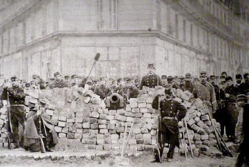 Barricada no cruzamento das avenidas Voltaire e Richard-Lenoir. Bibliotca histórica da Cidade de Paris/Wikimedia Commons.