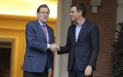 Rajoy e Sánchez, líderes do PP e do PSOE, aliam-se para suspender a autonomia da Catalunha