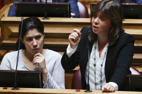 Catarina Martins discursa no parlamento.