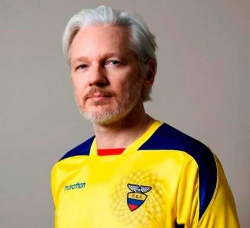 Julian Assange com a camisa da seleção equatoriana de futebol