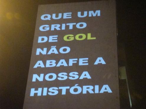 Frase projetada na lateral de um prédio durante manifestação em São Paulo. Foto de Henrique Carneiro.