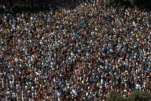 Milhares de pessoas concentradas no centro de Barcelona para repudiar os atentados às 12h desta sexta-feira – Foto de Alejandro Garcia/Epa/Lusa