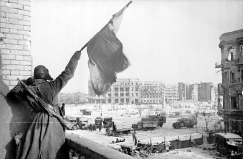 Bandeira vermelha acenada na praça central de Stalingrado: momento de viragem da guerra. Foto de Bundesarchiv, Bild 183-W0506-316 / Georgii Zelma