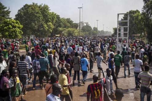 Manifestantes tomaram as ruas e prédios públicos para protestar contra medida que previa reeleição de presidente, no poder desde 1987