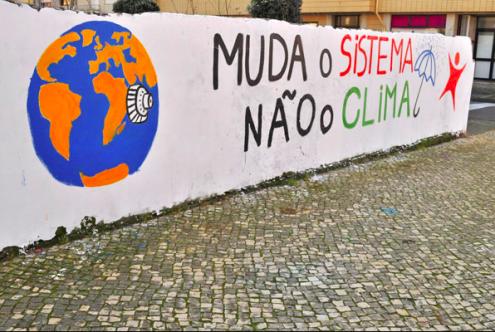Mural do Bloco de Esquerda sobre alterações climáticas na praia do Furadouro, em Ovar.