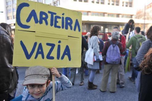 """Cartaz com a frase """"Carteira vazia"""" - Foto de Paulete Matos"""