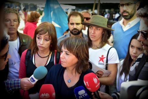 Catarina Martins fez declarações aos jornalistas, durante uma ação de pré-campanha autárquica em Cascais, acompanhada pela candidata do Bloco à Câmara, Cecília Honório. Foto de Paulete Matos.
