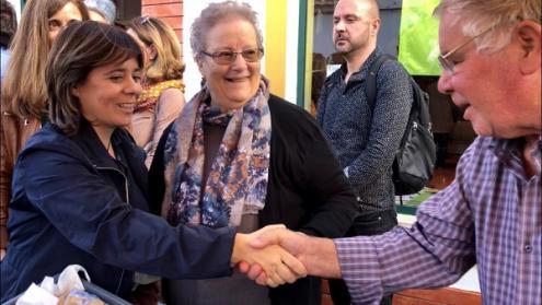 Catarina Martins visitou a Feira de Castro Verde e destacou a necessidade de dar prioridade ao investimento público no interior, nomeadamente na saúde pública – foto esquerda.net