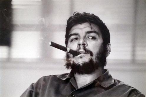 Che Guevara, aquando da entrevista com Laura Berquist, para a Revista Look, em 1963. Foto de René Burri/ Wikimedia.