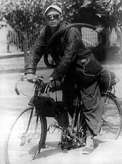 Ernesto Guevara, com 22 anos, numa viagem de motocicleta pelas províncias rurais do norte da Argentina, 1 de janeiro de 1950. Foto de Museo Che Guevara (Centro de Estudios Che Guevara), Habana, Cuba.