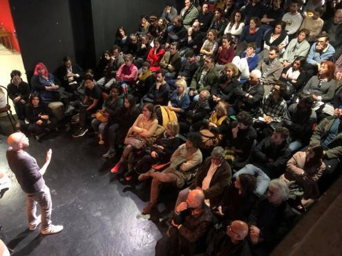 Sala cheia no auditório dos Primeiros Sintomas, a 31 de março, onde se formaria a Comissão Informal de Artistas.