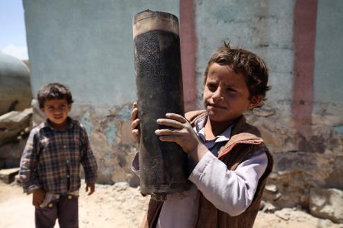 Um menino carrega um pedaço de explosivo de artilharia na vila de Al Mahjar, um subúrbio de Saná, capital do Iémene. Foto: UNICEF / Mohamed Hamoud