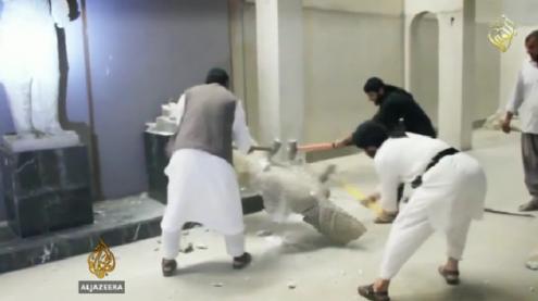 Militantes do EI destróem a marreta estátuas com 3.000 anos, num vídeo divulgado pela própria organização.
