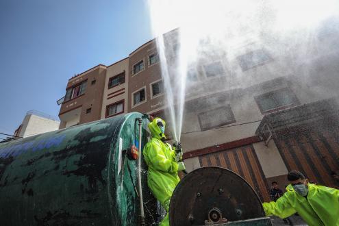 Palestinianos desinfetam as ruas de Gaza. 27 de março de 2020. Foto de MOHAMMED SABER/EPA/LUSA.