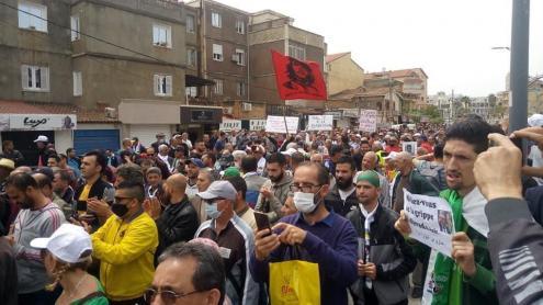 Manifestação do movimento Hirak esta sexta-feira. Foto de TAMAZGHA/Twitter.
