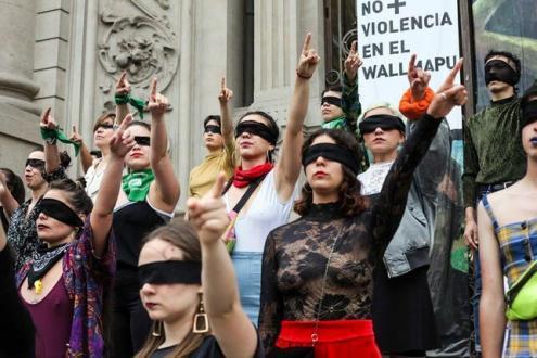 """Chilenas a fazer a coreografia """"um violador no teu caminho"""", novembro de 2019 - Foto de Carla Motto/Facebook"""