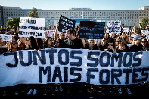 Enfermeiros manifestam-se em frente ao Hospital de Santa Maria, em Lisboa, 11 de setembro de 2017. Foto de Rodrigo Antunes/ LUSA.