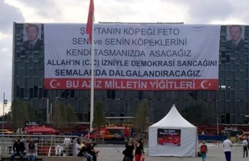 """Faixa que apela à pena de morte contra los """"gulenistas"""" no Centro Cultural da praça Taksim, em Istambul - Foto Bianet"""