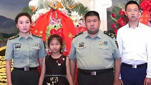 Mao Xinyu (terceiro a contar da esquerda), neto de Mao Zedong, e outros familiares do líder da Revolução Chinesa – Foto de domínio público