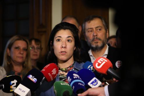 Joana Mortágua, falando aos jornalistas, e Mário Nogueira, no final da reunião do Bloco de Esquerda com a Fenprof - Foto de Manuel de ALmeida/Lusa