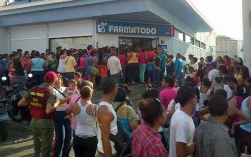 Longas filas para comprar produtos básicos - Foto aporrea.org