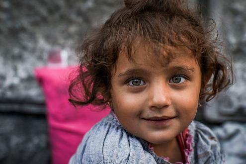 Os sírios fogem da guerra e dos excessos da repressão – Foto de criança síria em Budapeste, junto à estação de comboios, 3 de setembro de 2015 - Foto de Mstyslav Chernov / wikimedia