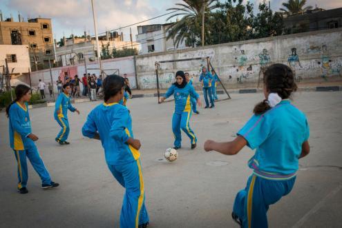 Raparigas a jogar à bola, na cidade de Beit Lahiyah, no norte de Gaza. Foto de Monique Jacques.