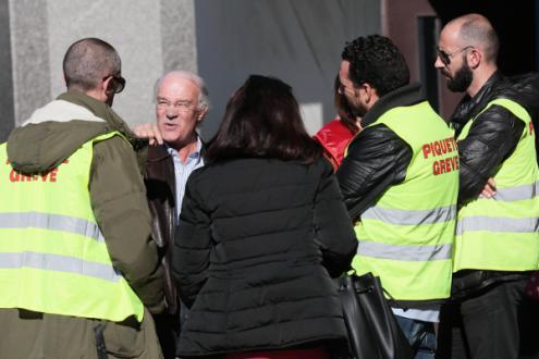 Trabalhadores dos call centers da PT-MEO com Arménio Carlos, na concentração desta segunda-feira, 13 de novembro – Foto de Manuel Araújo