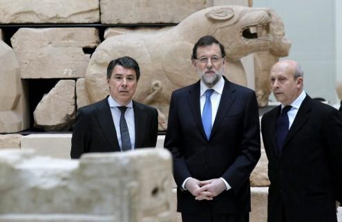 Ignácio González (à esquerda) com Mariano Rajoy (ao centro), por Sergio Barrenecha, EPA/Lusa
