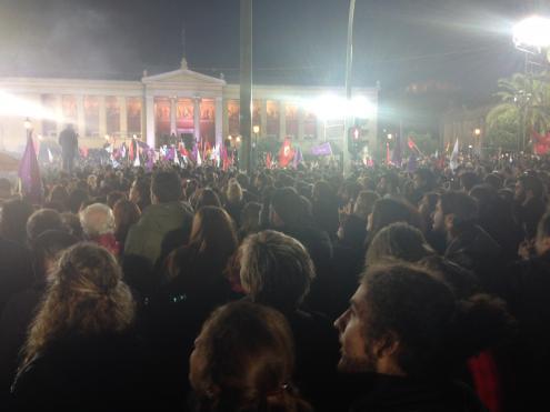 Multidão ouve discurso de vitória de Alexis Tsipras. Foto de Catarina Príncipe