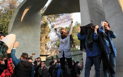 Protesto de estudantes, em frente à Universidade de Teerão, este sábado, 30 de dezembro de 2017. Foto de STR/ EPA/ LUSA.