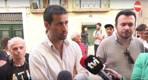 """Assembleia Municipal aprovou por unanimidade uma recomendação """"por uma solução de habitação digna"""" para as 16 famílias que moram na Rua dos Lagares n.º 25, na Mouraria"""