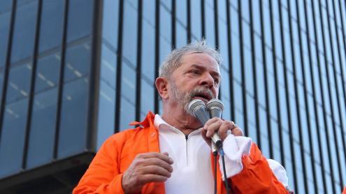 Até agora, Lula recusou entrar no governo, mas não esconde a pretensão de se candidatar em 2018