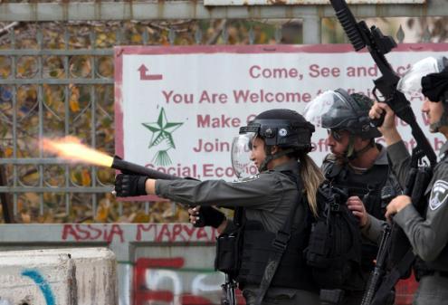 Soldados israelitas disparam granadas de gás lacrimogéneo contra palestinianos que protestavam em Belém na Cisjordânia contra o reconhecimento de Jerusalém como capital de Israel, pelo presidente norte-americano, Donald Trump, 22 de dezembro de 2017 – Foto de Atef Safadi/Epa/Lusa
