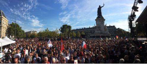 """O jornal Le Monde salienta que, com esta """"marcha contra o golpe de Estado Social"""", Jean-Luc Mélenchon, o líder da França Insubmissa, posiciona-se """"de forma duradoura"""" como a principal figura da oposição a Emmanuel Macron e à sua política. Na sua intervenção, Mélenchon afirmou que esta batalha é um """"braço de ferro social"""" e, mesmo, um enfrentamento de uma """"incrível subversão da ordem republicana"""". """"Estas pessoas destroem tudo o que construímos, nós, as nossas mães, os nossos pais, os nossos avós..."""", afirmou"""