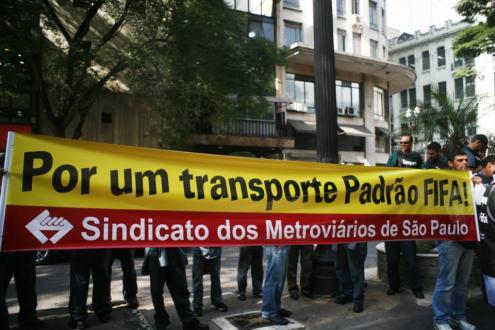 """Diante dos gastos milionários nas Copa, população reivindica investimentos sociais """"padrão FIFA"""". Foto do Sindicato dos Metroviários de São Paulo."""