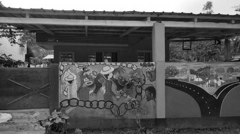 Mural em batepá. Foto de Inês Nascimento Rodrigues (original a cores).