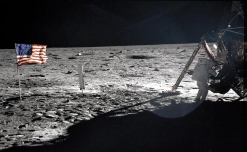 Neil Armstrong na Lua junto da Apolo 11 – foto da NASA