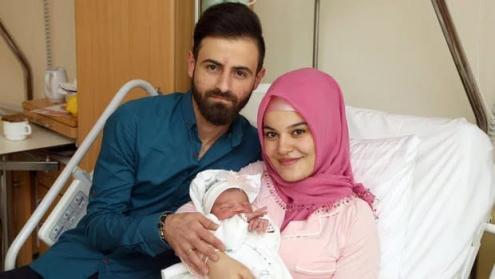 Naime and Alper Tamga com a sua filha Asel, a primeira bebé do ano a nascer em Viena, Áustria. Foto divulgada na página de Facebook de Klaus Schwertner.