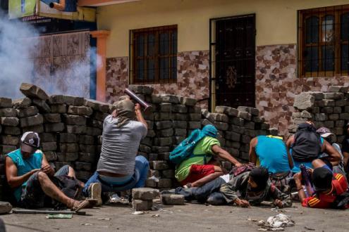 Na Nicarágua, contam-se já muitas dezenas de mortes causadas pelas forças policiais e por milícias afetas ao partido do governo – Foto de Javier Bauluz, extraída de Carta Maior